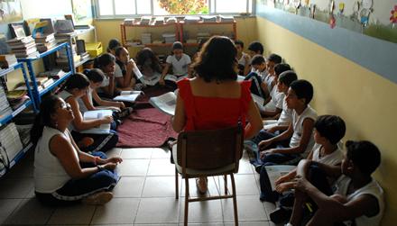 Crianças em roda de leitura em escola de Belém, no PA: coordenador pedagógico deve