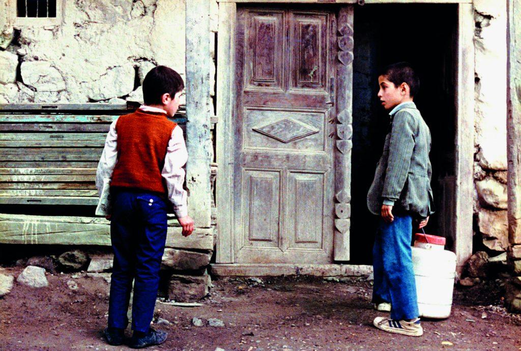 Imagens de Onde fica a casa do meu amigo? (1987), de Kiarostami