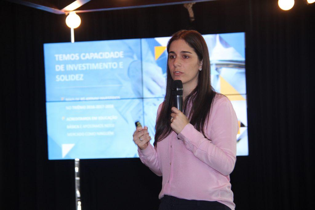 Thamila Zaher, do Grupo SEB, em apresentação sobre parceria com a Maple Bear | © Denise Andrade/Divulgação