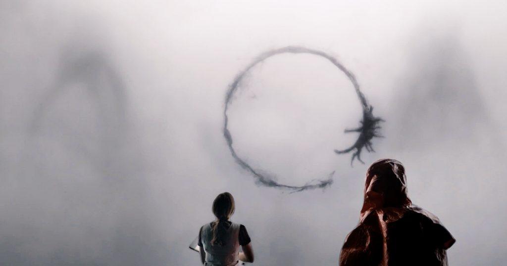 Louise Banks (Amy Adams) e os misteriosos círculos cheios de significados dos extraterrestres: quando a decifração da linguagem significa a sobrevivência