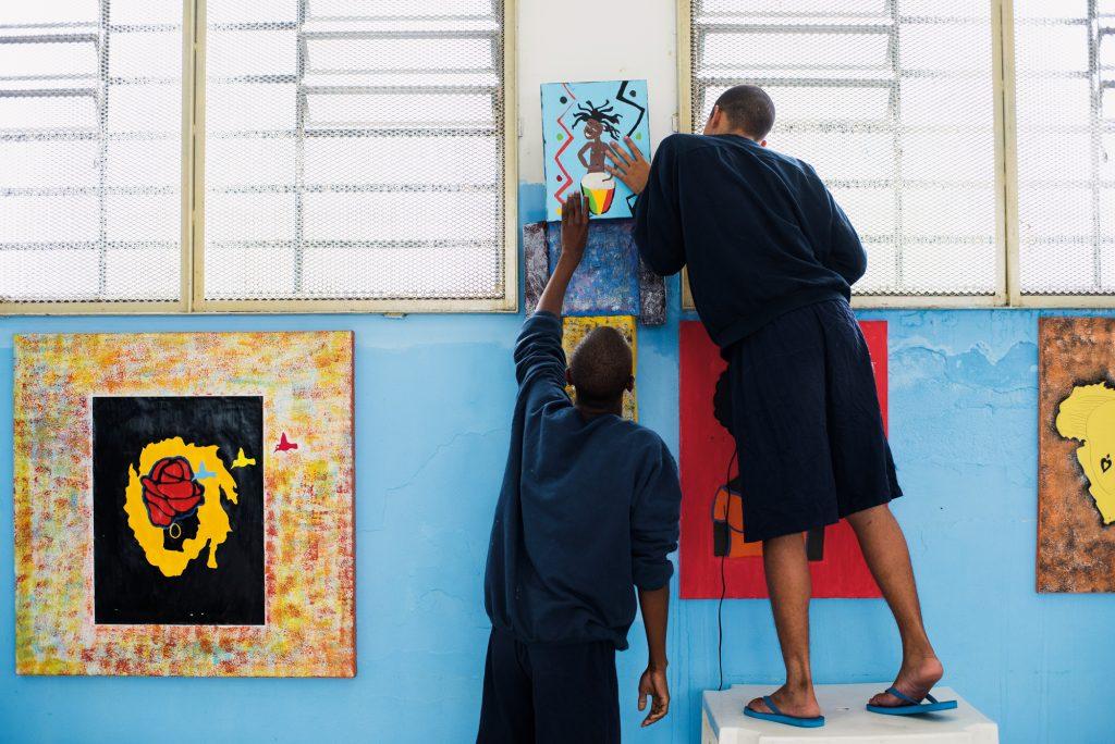 Alunos da Fundação Casa preparando decoração e apresentações para a comemoração do Kizomba, festa de valorização da cultura negra | Foto: Gustavo Morita
