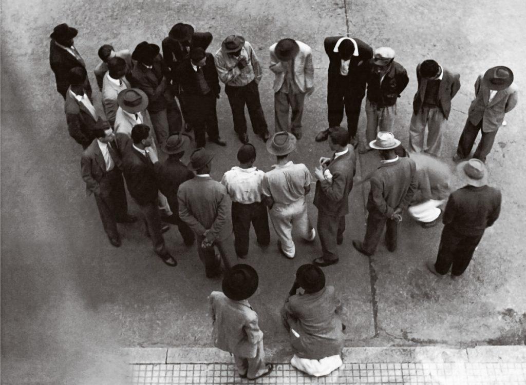 Populares em jogo de dados na rua, 1939: rejeição à assimilação das formas de uso da língua usadas em situações não formais | © Reprodução/BJ Duarte Caçador de imagens