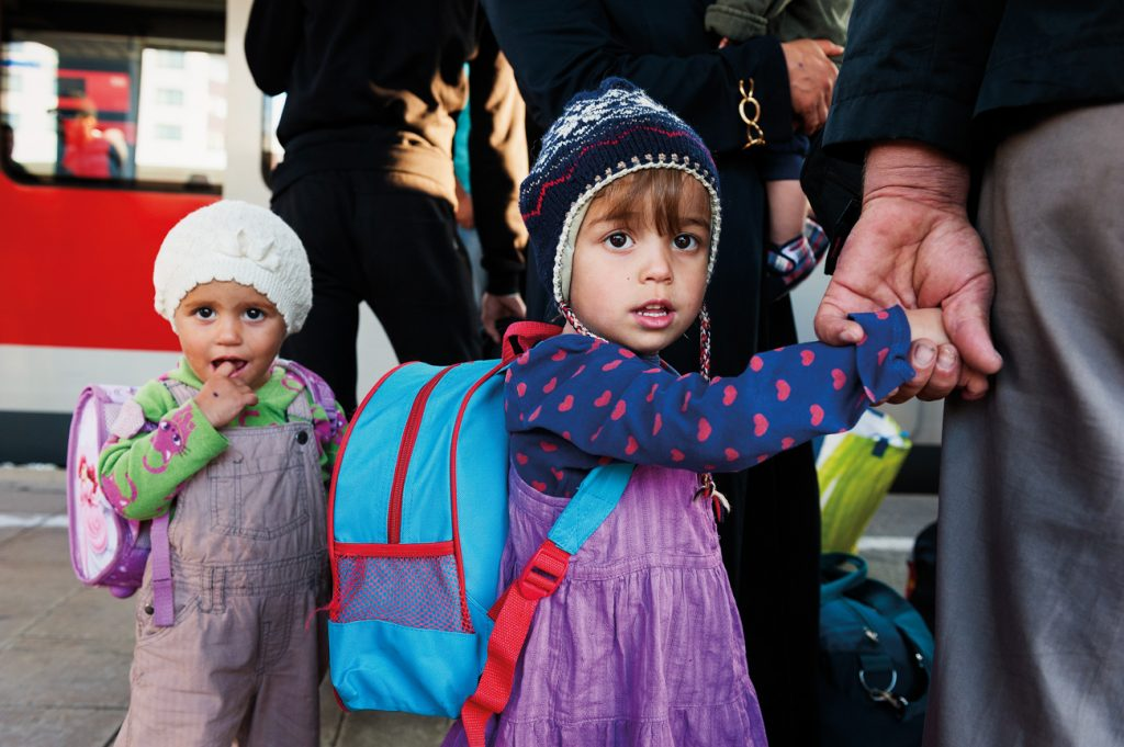 Crianças refugiadas afegãs em Munique, na Baviera: como elas, há outras 300 mil em idade escolar na Alemanha | Foto: Shutterstock