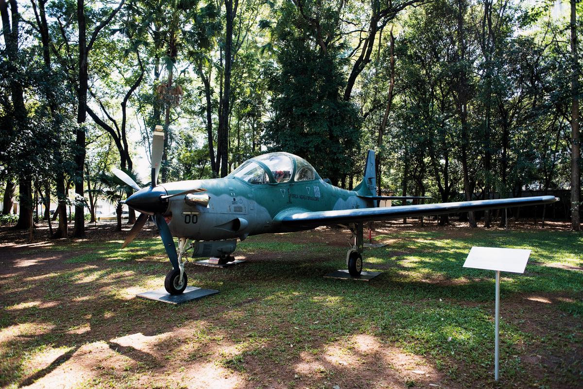 Nos jardins do Museu da Casa Brasileira, o A-29 Super Tucano, turboélice de ataque leve e treinamento, produzido pela Embraer para as Força Aérea Brasileira (Crédito: Gustavo Morita)