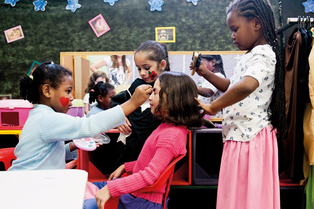 Música, teatro e atividades corporais, entre outras, são importantes para preparar a criança para a alfabetização (Crédito: Gustavo Morita)