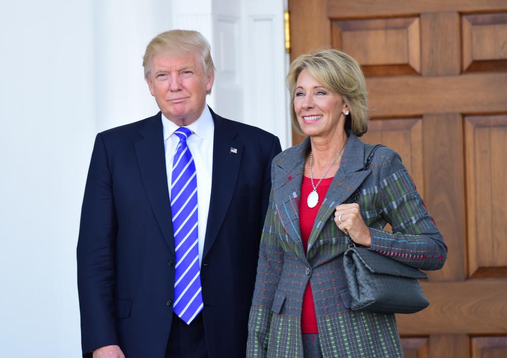 Secretária de Educação dos Estados Unidos Betsy DeVos ao lado do presidente Donald Trump. (Crédito: A Katz/Shutterstock.com)