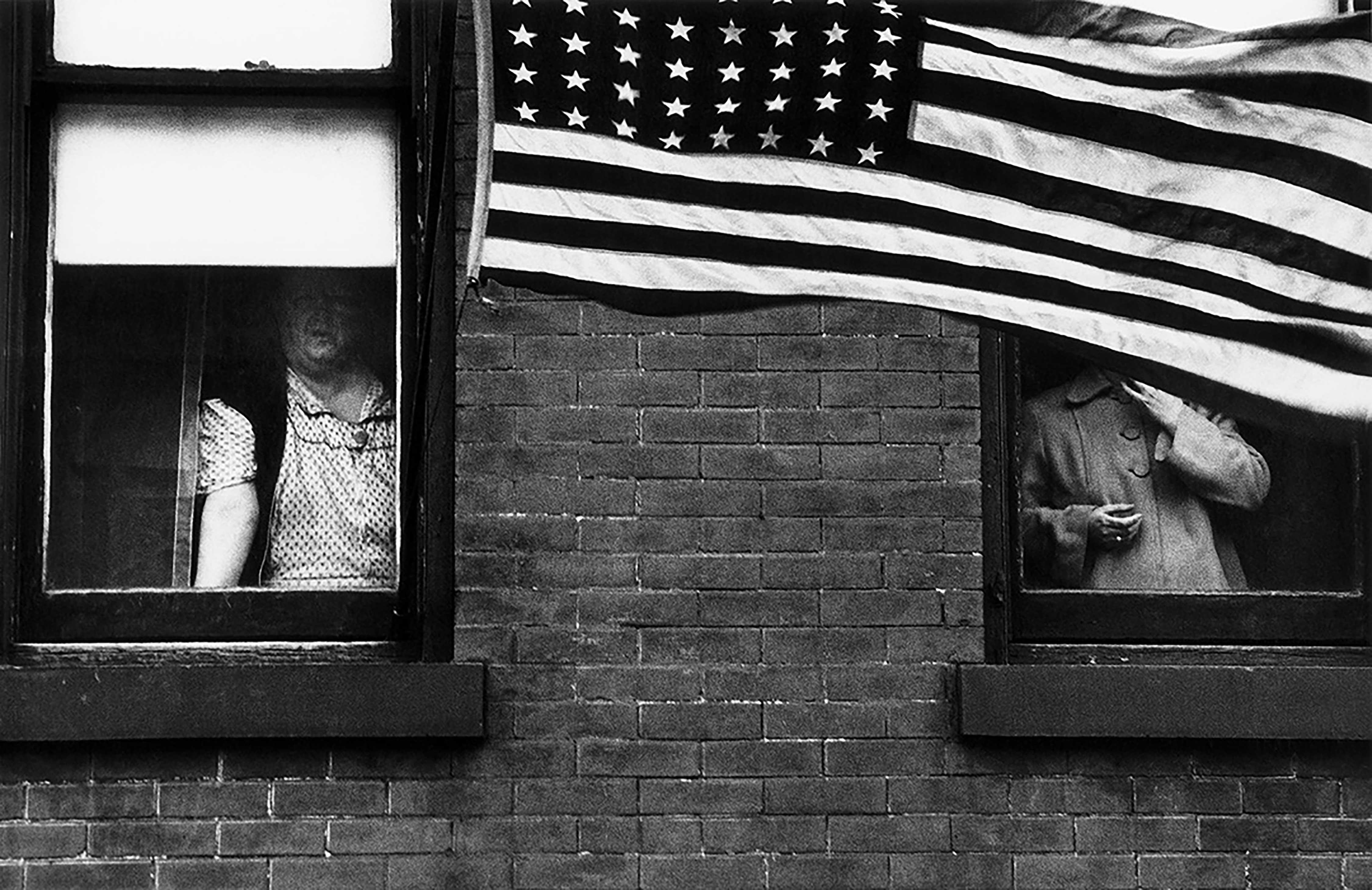 Fotos de Robert Frank integram exposição no Instituto Moreira Salles (IMS) e poderão ser vistas por educadores em encontro no dia 7 de outubro. (Crédito: Robert Frank, Parade - Hoboken, New Jersey, from the book The Americans © Robert Frank)