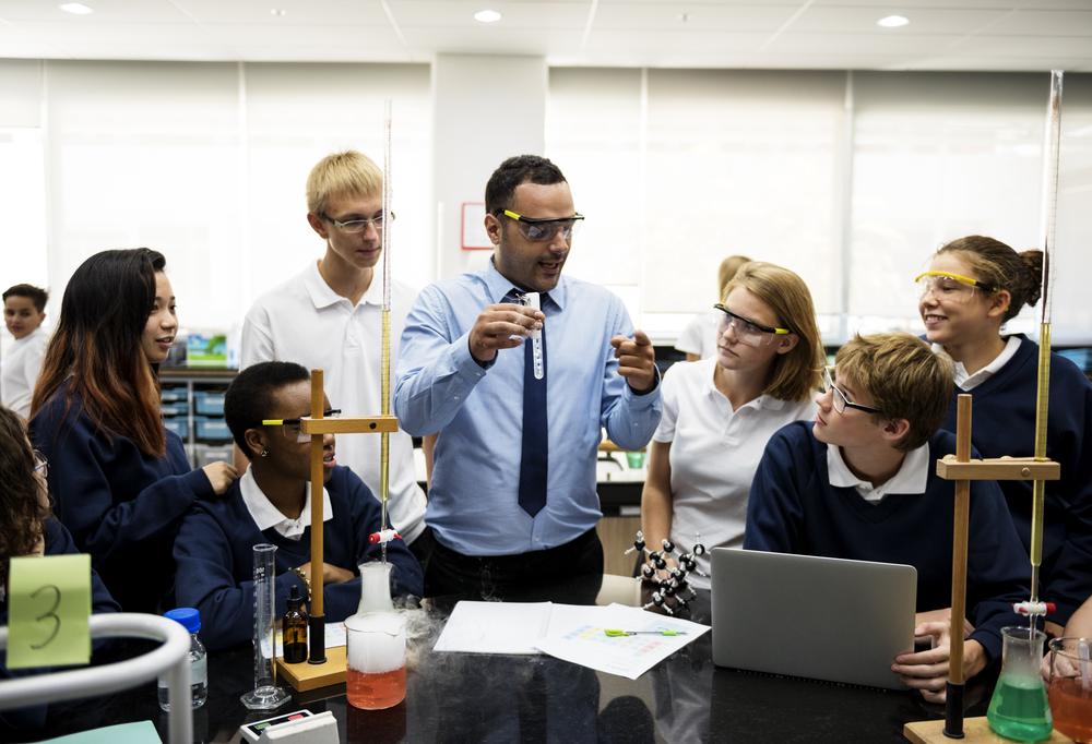 Para abordagem prática de ciências, professores precisam de formação específica em trabalho
