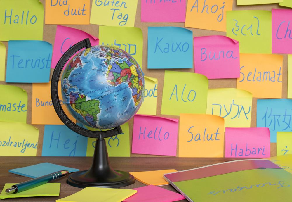 Escolas bilíngues crescem a índices bem maiores do que os da educação particular tradicional, num país onde apenas 5% da população domina outra língua além do português — competência fundamental para inserção no mercado de trabalho e no mundo moderno (Crédito: Shutterstock)