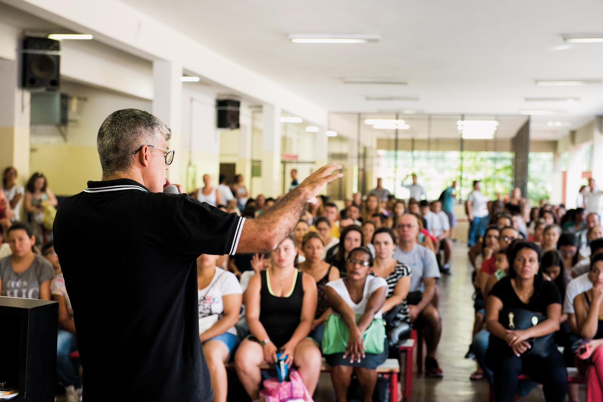 Reunião de conselho na EE Ayres de Moura, em São Paulo: mestrado ajudou diretor a enxergar caminhos para resolução de conflitos na escola e a estimular pesquisa dos alunos para a região   Foto: Gustavo Morita