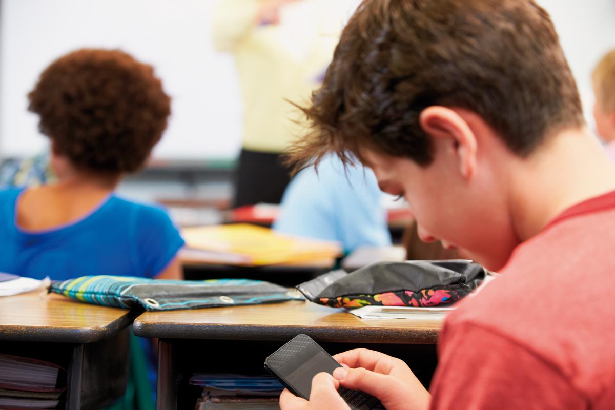 João Sobral escreve sobre aluno que usa celular em sala de aula. (Crédito: Shutterstock)